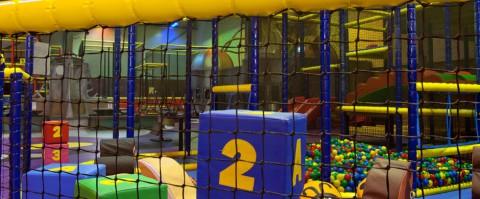 impressie van de herbestemming industriehal naar indoor-speeltuin