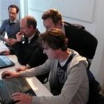 Iedereen werkt op zijn eigen laptop.