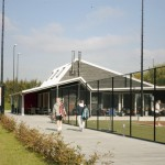 Het clubhuis gezien vanaf de entree van het tennispark.