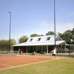 Het tennispaviljoen gezien vanaf de finalebaan.