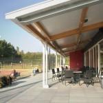Het terras van het tennispaviljoen met goed zicht op de finalebaan.