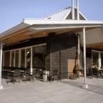 De twee terrassen worden verbonden door de dakvorm die overgaat in een luifel.
